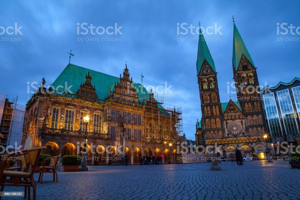 Rathaus und St.-Peter-Cathedral auf dem Marktplatz. Everining Ansicht mit Beleuchtung. Lizenzfreies stock-foto