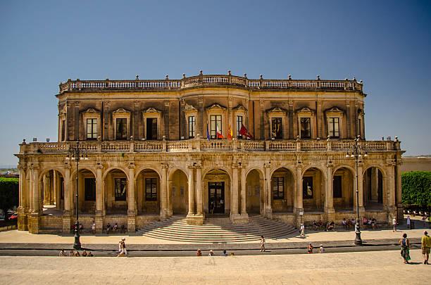 city hall - noto, sicily - noto sicilië stockfoto's en -beelden
