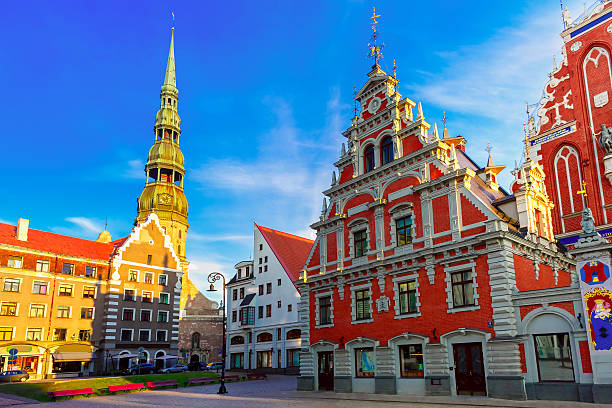 city hall square in the old town of riga, latvia - 拉脫維亞 個照片及圖片檔