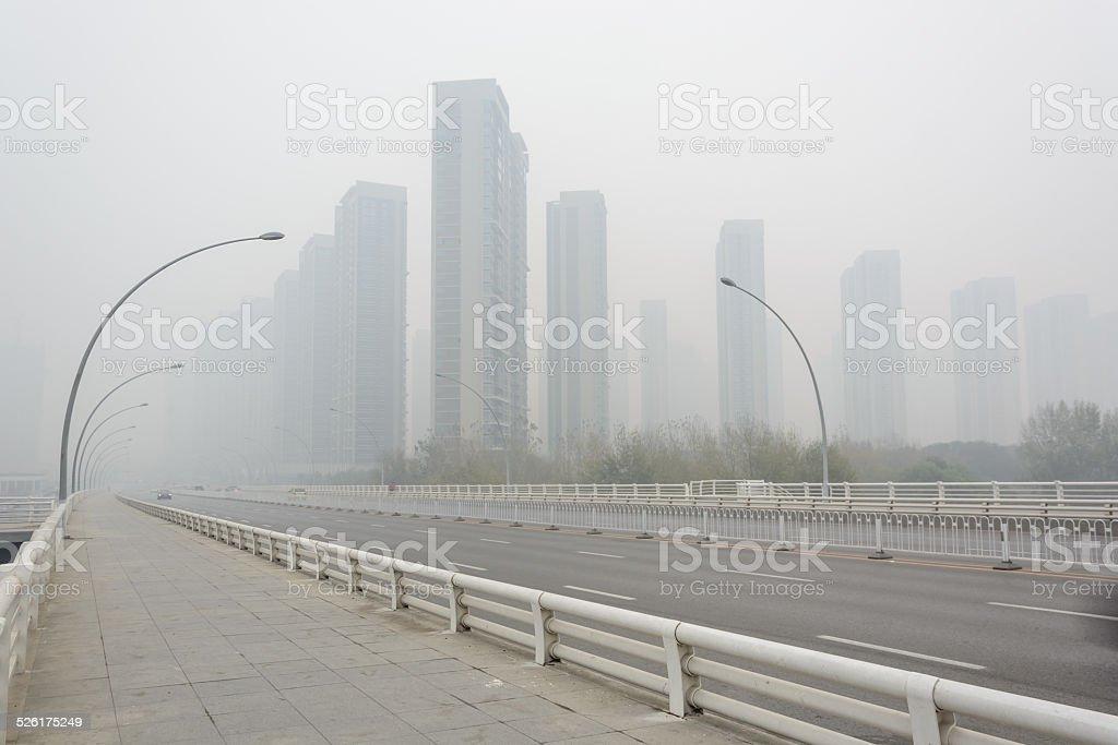 Ciudad en un clima de altas hazy - foto de stock