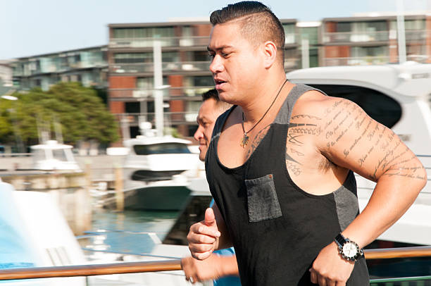 city joggers - laufende tattoos stock-fotos und bilder