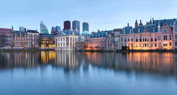stad landschap, zonsondergang panorama - uitzicht op vijver hofvijver en complex van gebouwen binnenhof van het stadscentrum van den haag - den haag stockfoto's en -beelden