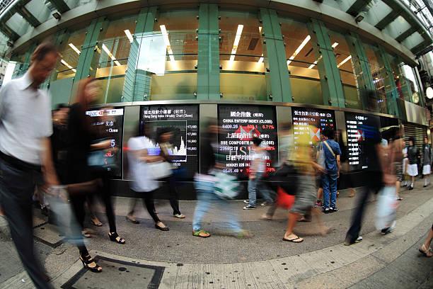 city life-hong kong - hang seng index stock-fotos und bilder