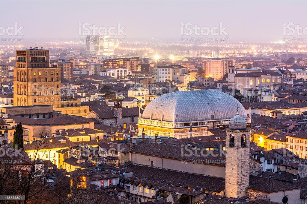 Luci della città al tramonto, Brescia, Italia - foto stock