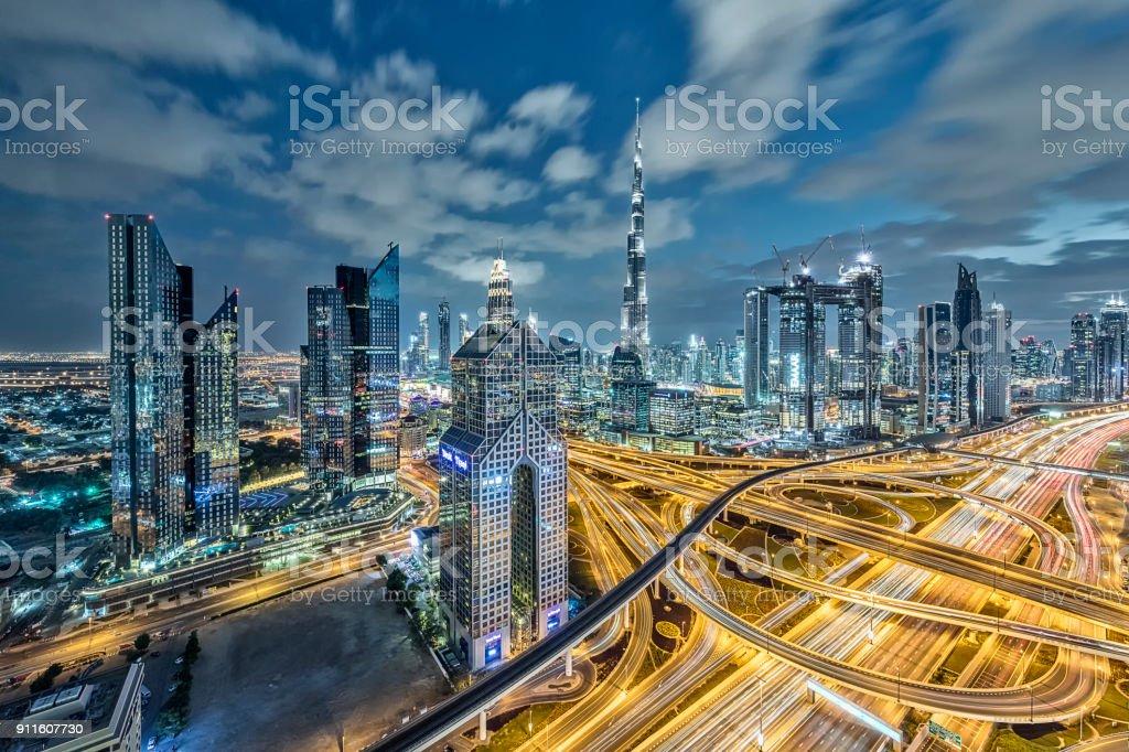 Lichter der Stadt in Dubai im Morgengrauen – Foto