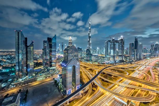 lichter der stadt in dubai im morgengrauen - sheikh zayed road stock-fotos und bilder