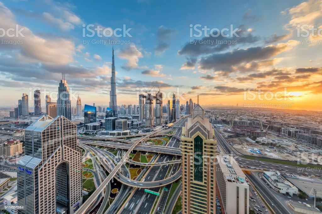 Die Lichter der Stadt in Dubai bei Sonnenuntergang – Foto