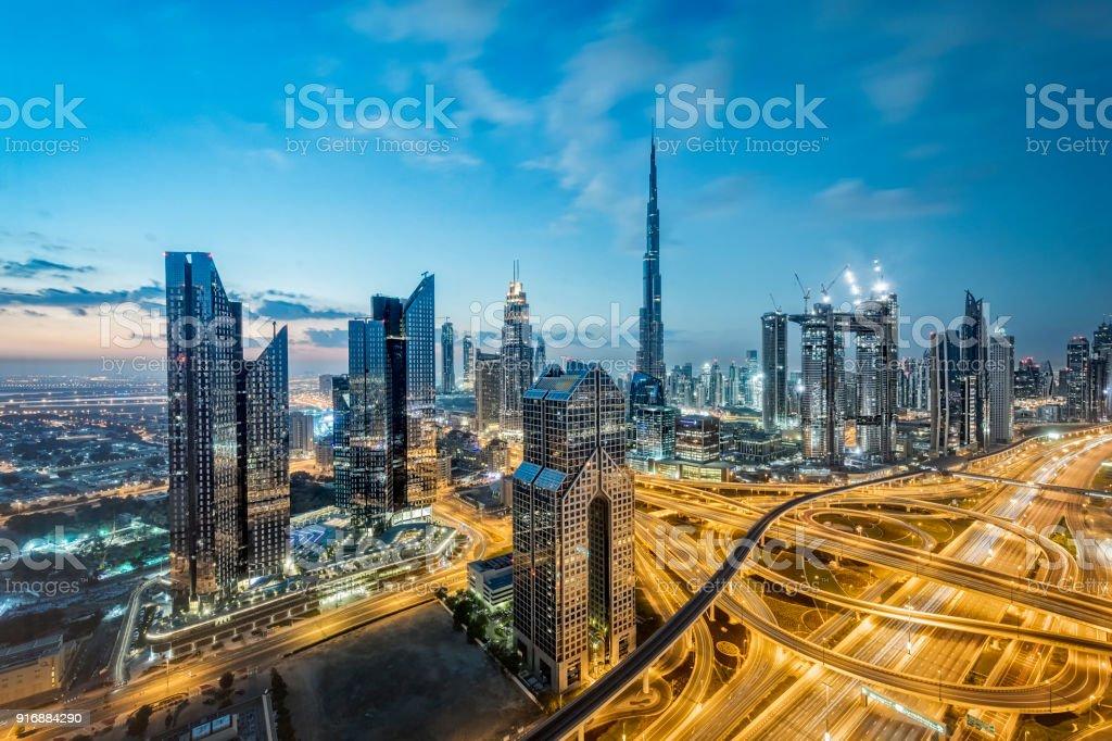 Lichter der Stadt in Dubai; Vereinigte Arabische Emirate – Foto
