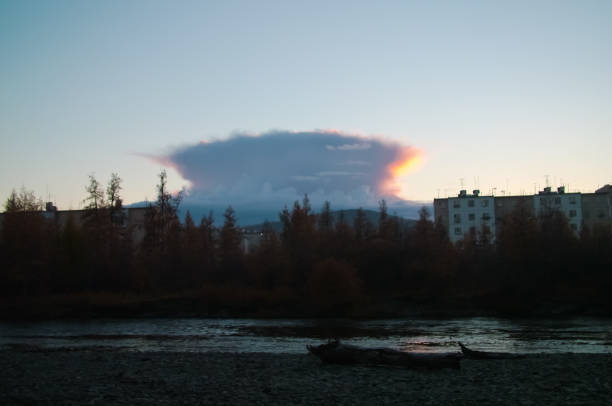 stadt bilibino in tschukotka, russland - universum city kinos stock-fotos und bilder