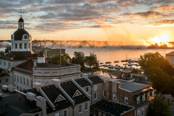 Stadt von Kingston Ontario, Kanada bei Sonnenaufgang – Foto