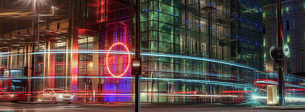 city of london streetscene with moving traffic - umzug transport stock-fotos und bilder