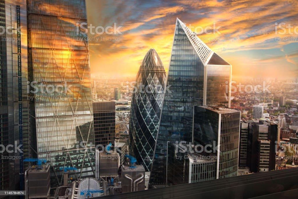 City of London, UK. Skyline-Blick auf das berühmte Finanzbankviertel von London zur goldenen Stunde des Sonnenuntergangs. Blick bietet Wolkenkratzer, Bürogebäude und schönen Himmel. - Lizenzfrei Abenddämmerung Stock-Foto