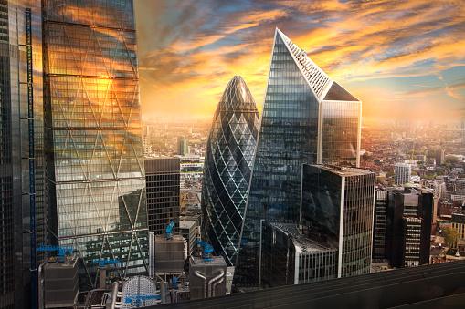 City Of London Uk Skylineblick Auf Das Berühmte Finanzbankviertel Von London Zur Goldenen Stunde Des Sonnenuntergangs Blick Bietet Wolkenkratzer Bürogebäude Und Schönen Himmel Stockfoto und mehr Bilder von Abenddämmerung
