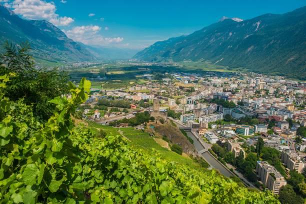 stadt von martigny schweiz - kanton schweiz stock-fotos und bilder