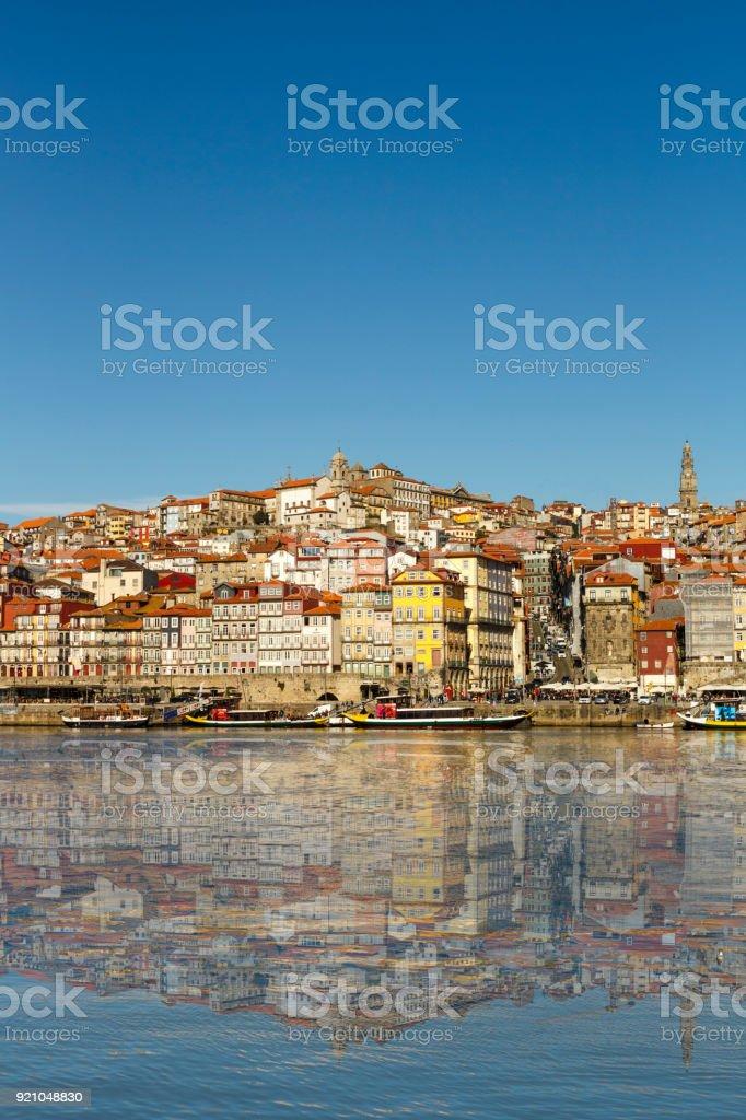 Cidade do Porto, refletida no Rio Douro - foto de acervo