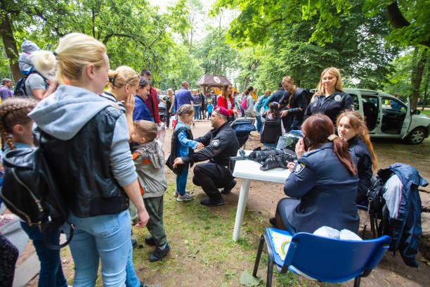 festival ciudad de profesiones - feliz dia del policia fotografías e imágenes de stock