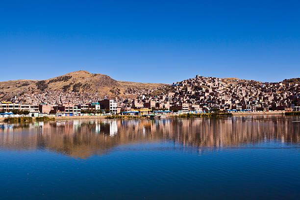 プーノ街からの湖チチカカ湖がある - チチカカ湖 ストックフォトと画像