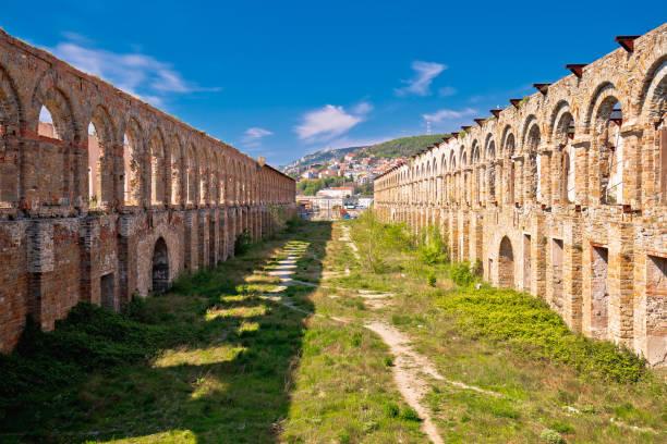 stadt triest alte ruinen blick - friaul julisch venetien stock-fotos und bilder