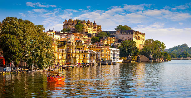 City Palace and Pichola lake in Udaipur, India City Palace and Pichola lake in Udaipur, Rajasthan, India, Asia lake pichola stock pictures, royalty-free photos & images