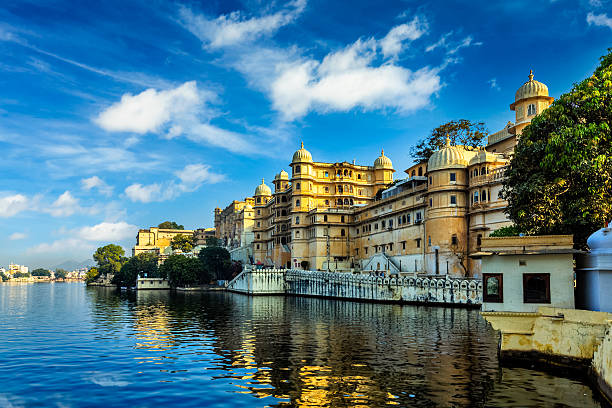 City Palace. Udaipur, India Romantic India luxury tourism wallpaper  - Udaipur City Palace and Lake Pichola. Udaipur, Rajasthan, India lake pichola stock pictures, royalty-free photos & images