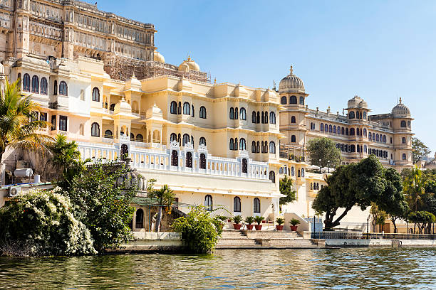 City Palaces Rise Above an Emerald Green Lake, Udaipur, India Lake Pichola, situated in Udaipur city in the Indian state of Rajasthan lake pichola stock pictures, royalty-free photos & images