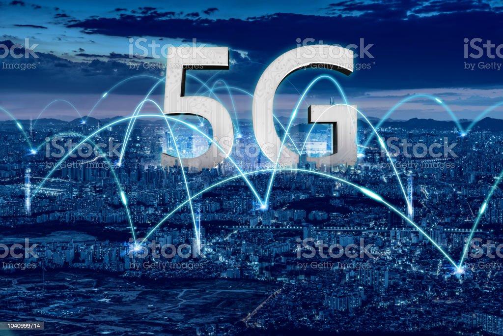 Sanal 5 G ağ tarafından temsil edilen bir şehir. stok fotoğrafı