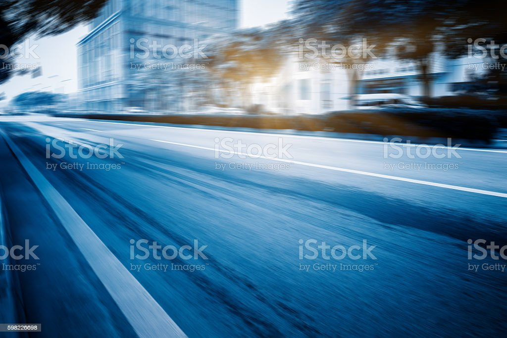 City road with moving traffic foto royalty-free
