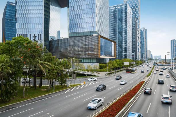 shenzhen, çin şehir yolları ve modern ofis binaları - guangdong i̇li stok fotoğraflar ve resimler