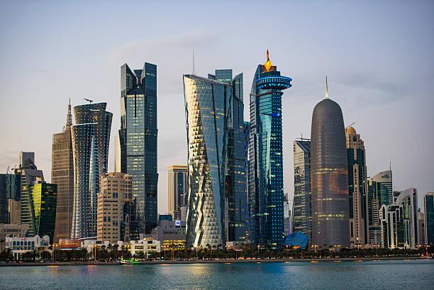 toits de la ville et des bâtiments à doha, au qatar - qatar photos et images de collection