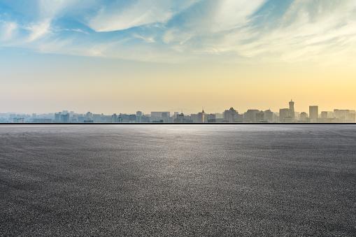 City Skyline And Buildings With Empty Asphalt Road At Sunrise - zdjęcia stockowe i więcej obrazów Architektura
