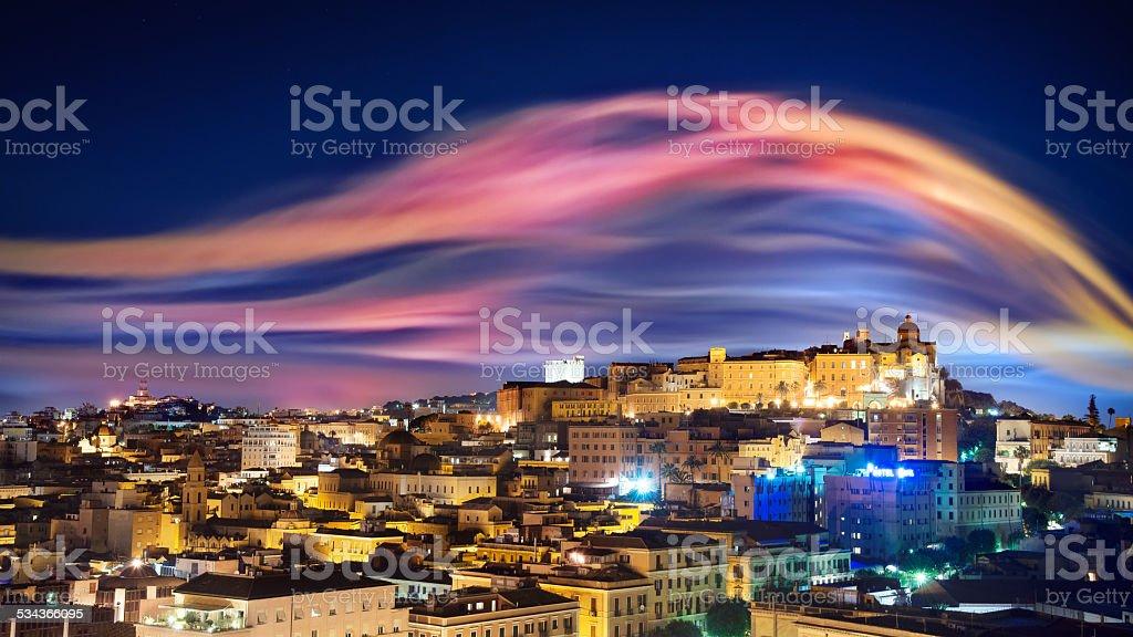 Horizonte da cidade de noite como aurora boreal - foto de acervo