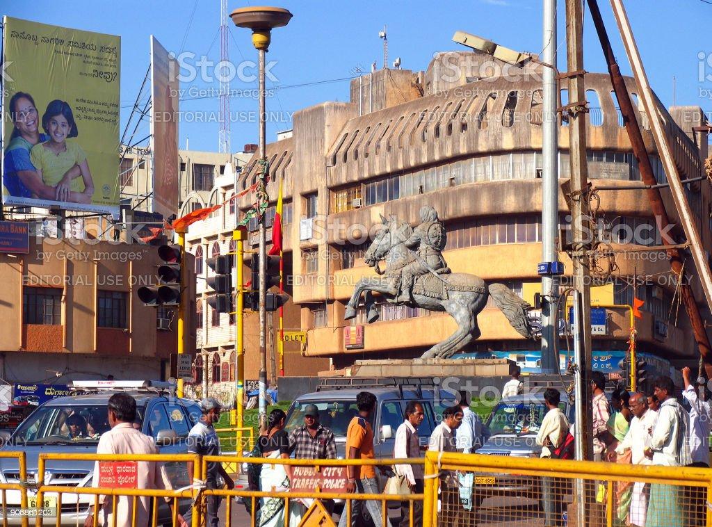 HUBLI, KARNATAKA, INDIA - stadsplein en Kittur Rani Chennamma standbeeld foto