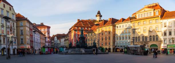 quadratische stadtpanorama. bemalten fassaden und der uhrturm in der altstadt von graz, österreich - stadt graz stock-fotos und bilder