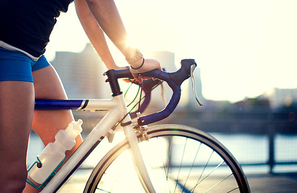 calle de la ciudad en bicicleta rider - bastidor de la bicicleta fotografías e imágenes de stock
