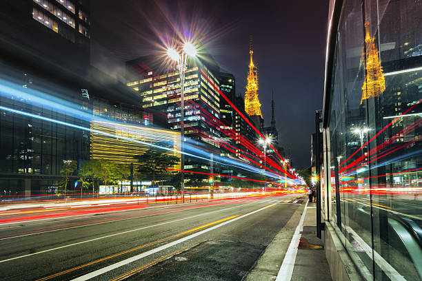 o fluxo de tráfego de rua da cidade, mostrando linhas com longa exposição - são paulo - fotografias e filmes do acervo