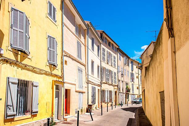 city street view in aix-en-provence - aix en provence photos et images de collection