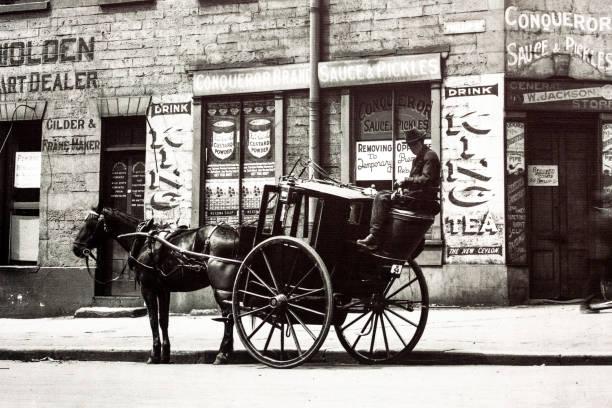 Rue de la ville avec la voiture à cheval et le cavalier 1924, vieille photo - Photo