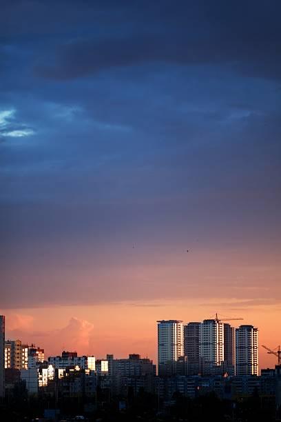 Stadt. Bei Sonnenuntergang – Foto