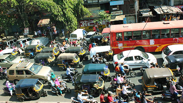 city traffic in india - mumbai stockfoto's en -beelden