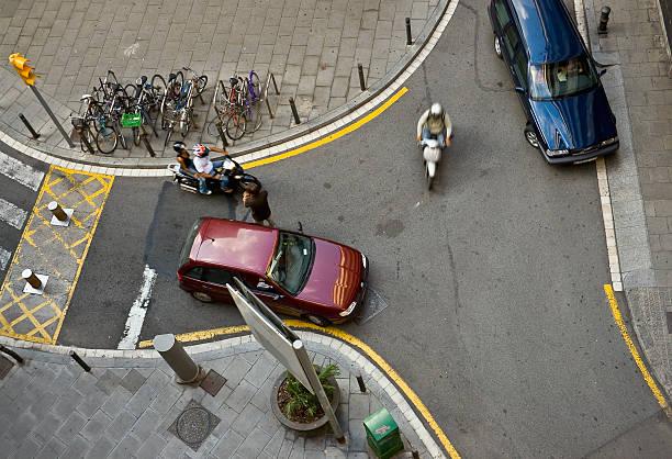 stadt der situation - autos und motorräder stock-fotos und bilder