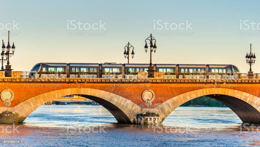 Tramway de la ville sur le pont de Pont de Pierre à Bordeaux, France - Photo