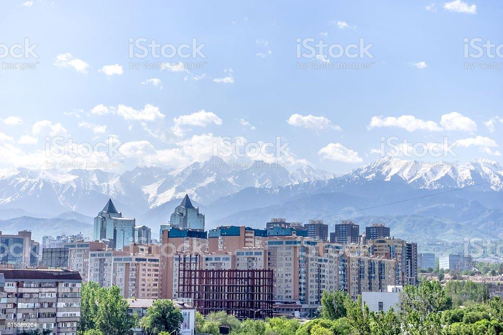 Blick auf die Stadt und die Berge – Foto