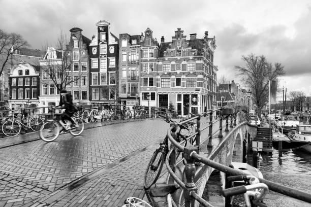 uitzicht op de stad in amsterdam, nederland - keizersgracht stockfoto's en -beelden