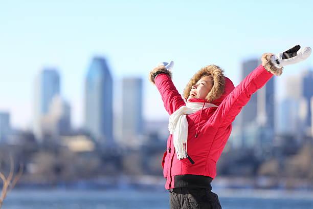 街で冬の女性の - カナダ旅行 ストックフォトと画像