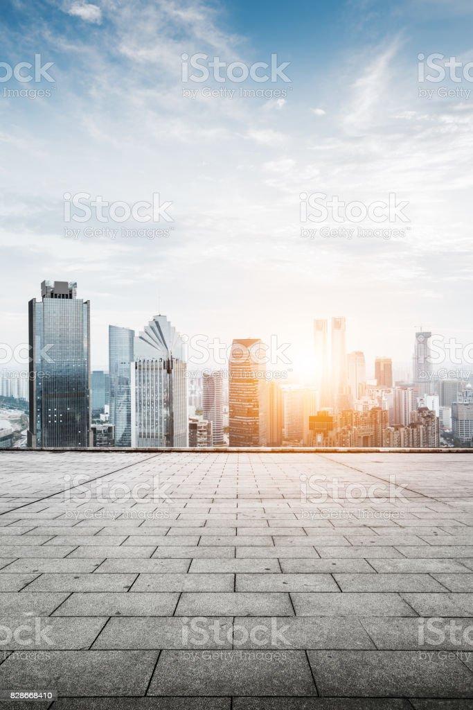 Stadtbild und Skyline von Chongqing in Wolke Himmel zu sehen vom leeren Boden – Foto