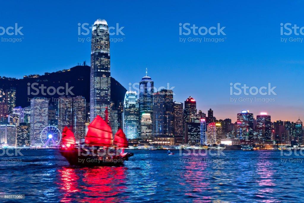 Stadtbild Hongkong und Junkboat in der Dämmerung – Foto