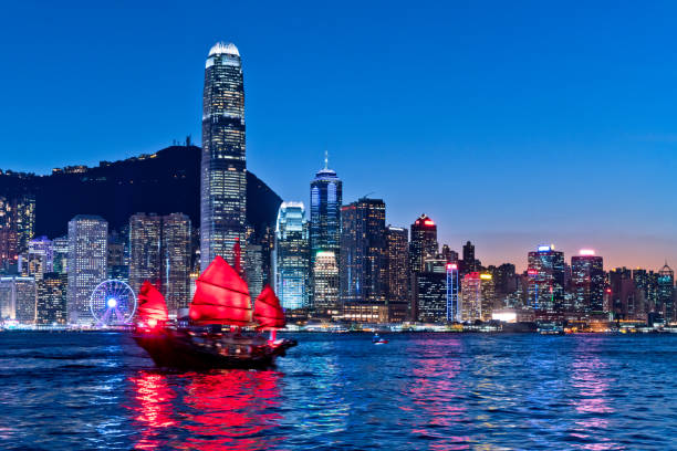 cityscape hong kong and junkboat at twilight - hong kong foto e immagini stock