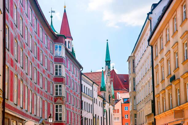 stadtbild in münchen altstadt - münchen weather stock-fotos und bilder