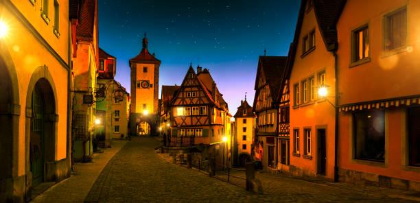 cityscape in rothenburg ob der tauber 's nachts duitsland - rothenburg stockfoto's en -beelden