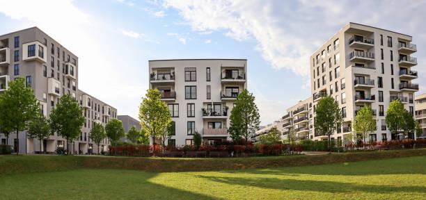 Stadtbild eines Wohngebietes mit modernen Mehrfamilienhäusern, neuer grüner Stadtlandschaft in der Stadt – Foto